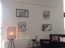 Exposition de tableaux design végétaux et floraux dans le showroom de SERVICOULEURS à Tours